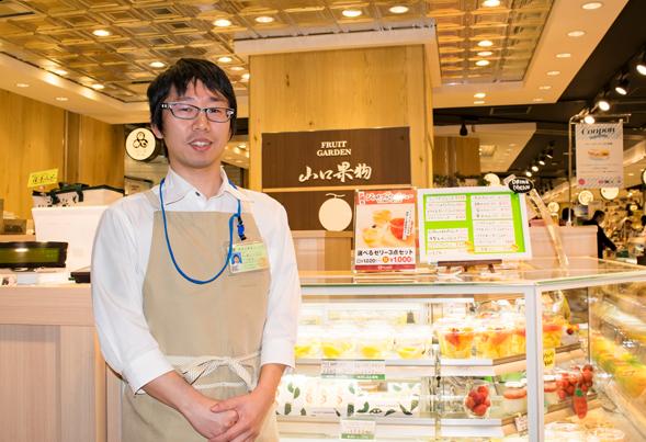大阪で飲食店のメニュー・販促物の制作は「おいしいデザイン.com」  FRUIT GARDEN 山口果物 インタビューの様子